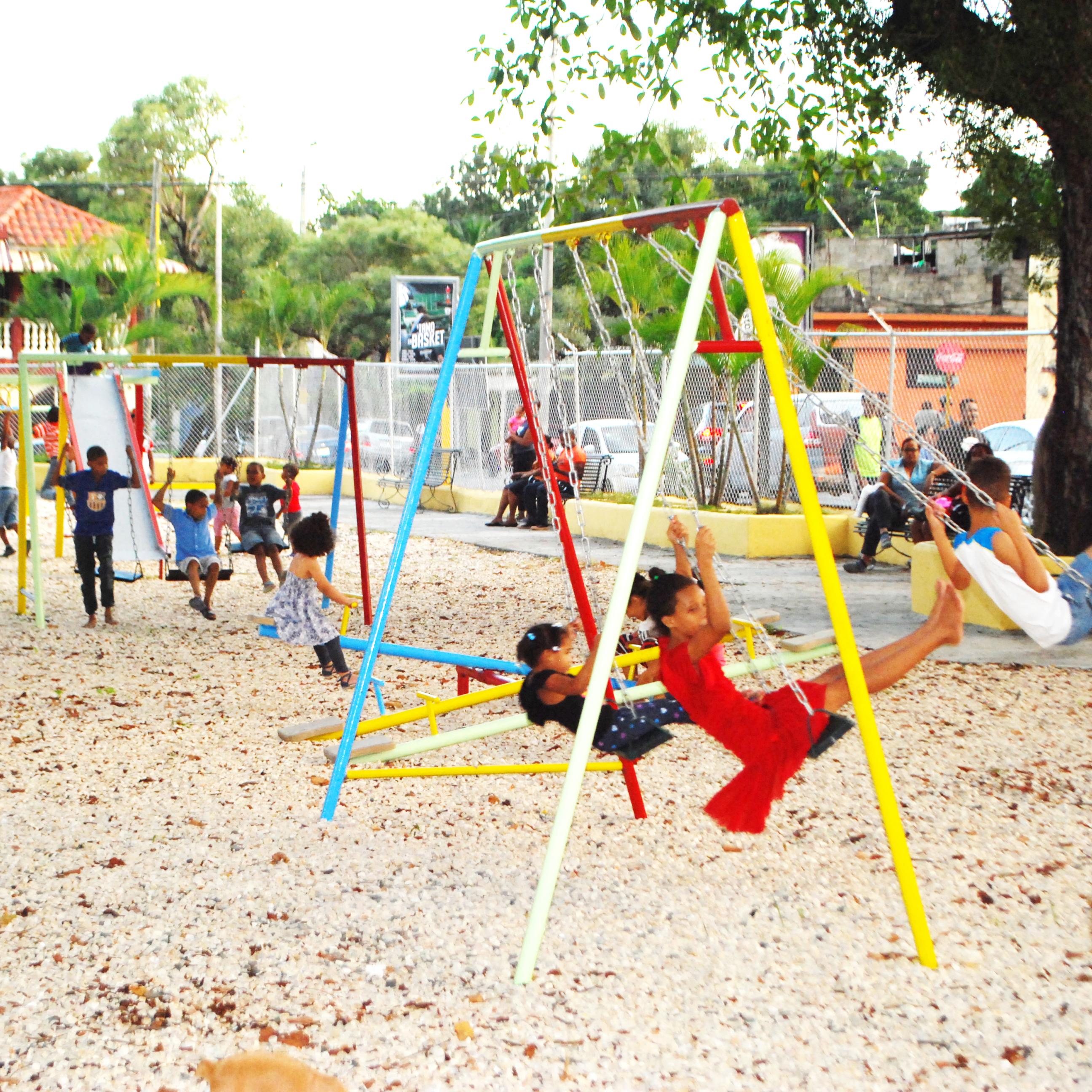 Alcalde de San Cristóbal, Nelson Guillén, inaugura Parques Infantiles