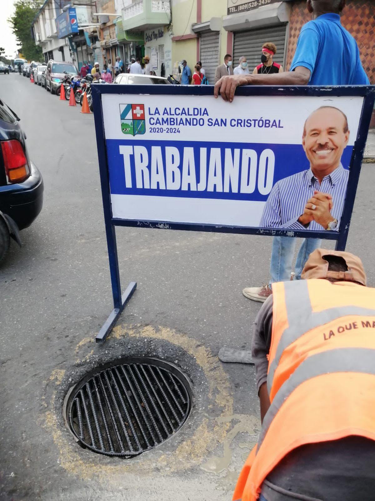 Ayuntamiento de San Cristóbal inicia colocación de tapas y parrillas en imbornales y agujeros en centro de calles.