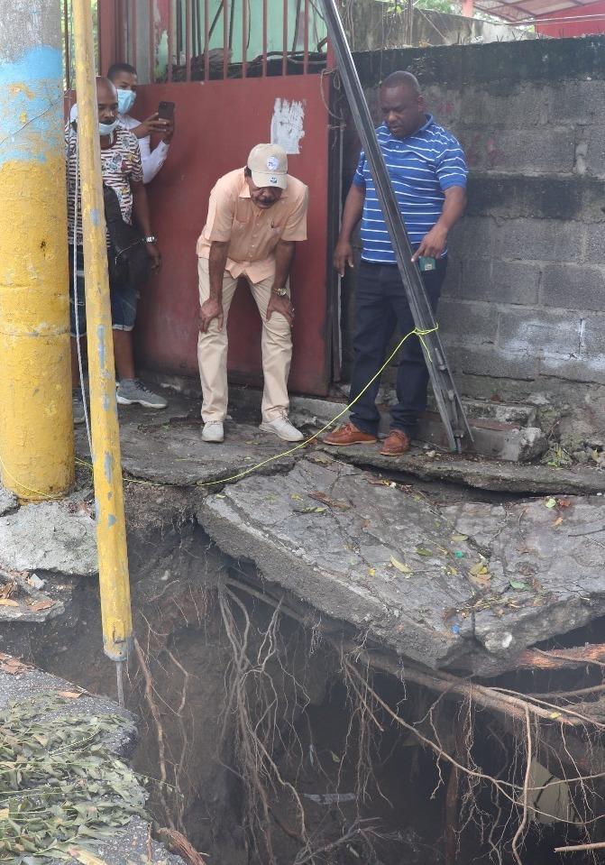 Alcalde de SC reclama al INAPA corrección avería drenaje pluvial en calle Mella dejada por tormenta Grace.