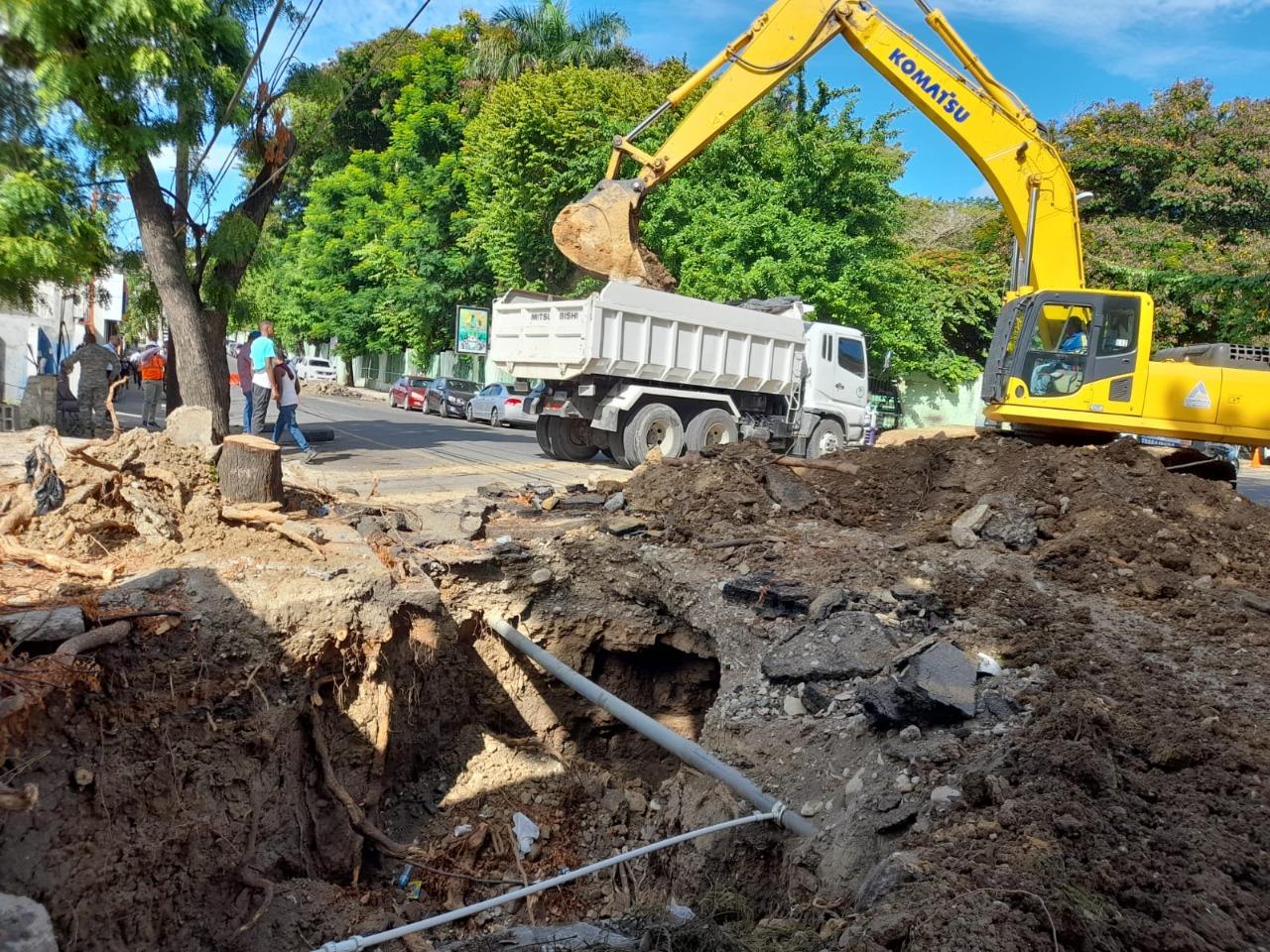 Rehabilitan área colapsada en el drenaje pluvial en calle Mella con prolongación Santomé  San Cristóbal.
