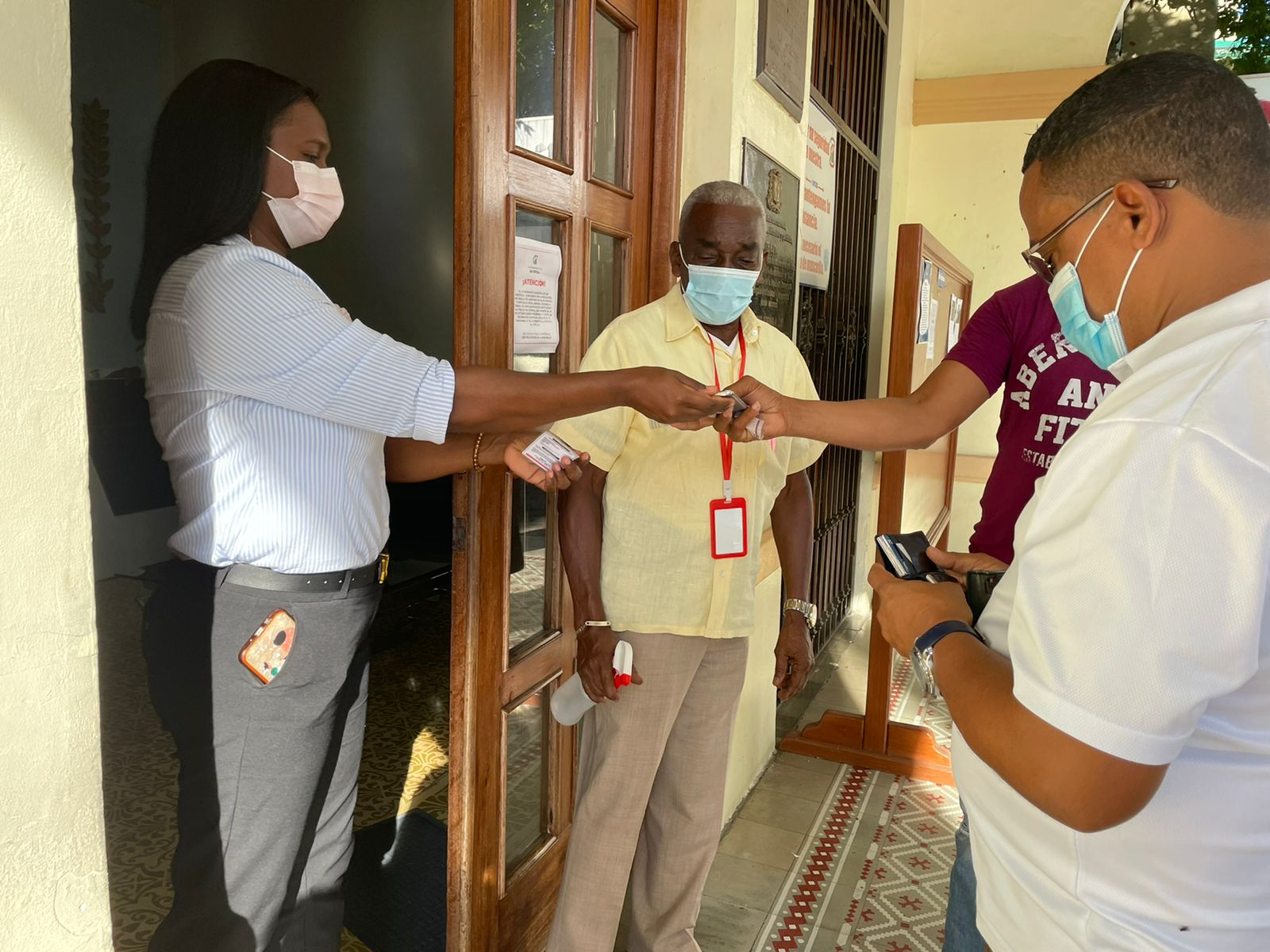 Ayuntamiento SC no permite acceso a empleados que carecen de inoculación contra el coronavirus.