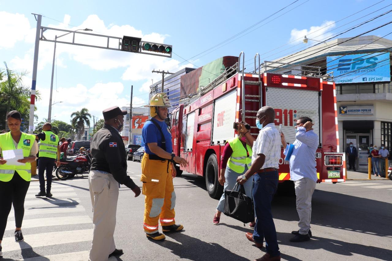 Empleados del Ayuntamiento San Cristóbal practican cómo protegerse ante poderoso sismo